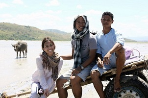 In photo, from L-R: Anna Luna (Rain), Zig Dulay (director) and Garry Cabalic (Atan) posed before the cameras in-between breaks while filming 'Paglipay'. Photographed by Euge Aleta.